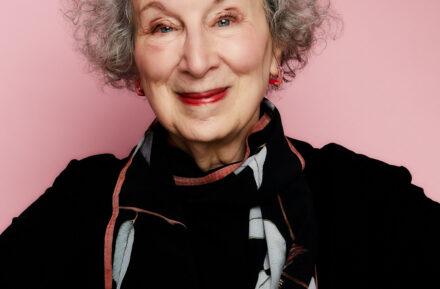 Fotografia przedstawia kanadyjską autorkę, Margaret Atwood.